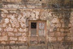 有窗口的老破裂的墙壁 免版税图库摄影