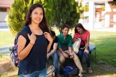 Χαριτωμένος σπουδαστής με τους φίλους Στοκ φωτογραφία με δικαίωμα ελεύθερης χρήσης