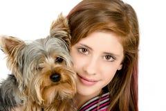 有她的宠物的约克夏微笑的女孩 免版税库存照片
