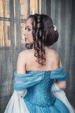 蓝色礼服的美丽的中世纪妇女 库存照片