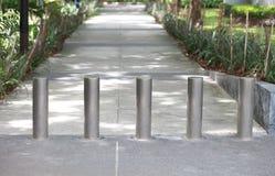 Стальной барьер на тротуаре в парке Стоковое фото RF