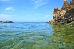 海景用峭壁和清楚的水 免版税库存照片