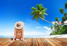 妇女佩带的比基尼泳装在一次暑假 免版税库存照片