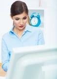 微笑的女商人电话中心操作员画象在工作 免版税库存图片