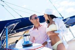 放松在一条小船的可爱的夫妇一个假期 库存图片