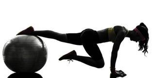 行使健身锻炼板条位置剪影的妇女 免版税库存图片