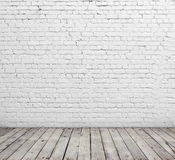 Άσπρος τουβλότοιχος και ξύλινο πάτωμα Στοκ Εικόνα