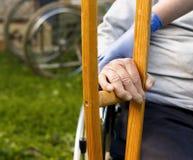 帮助一个老人 免版税库存照片