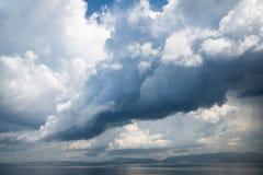 与大雨云的多暴风雨的天气在海 免版税库存图片