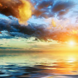 在剧烈的天空的五颜六色的日落 免版税库存图片