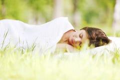 草休眠的妇女 免版税图库摄影