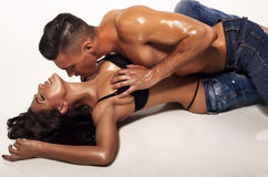 在牛仔裤的性感的美好的夫妇 库存图片