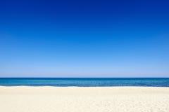 Пляж предпосылки песка морского побережья голубого неба лета Стоковое Изображение RF