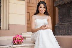 有手机的俏丽的新娘 免版税库存图片