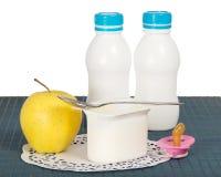 儿童的产品、安慰者和餐巾 免版税库存图片