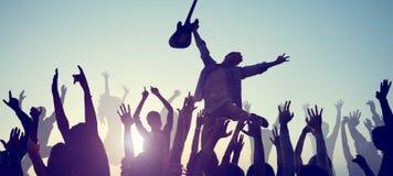 Группа людей наслаждаясь живой музыкой Стоковые Фотографии RF