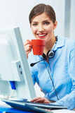 女商人时间概念,红色咖啡杯 打破工作 图库摄影