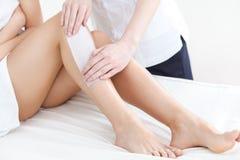 穿着考究的妇女腿在去壳以后 库存图片
