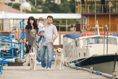 Счастливая семья с собаками на набережной в лете Стоковая Фотография