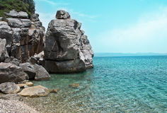 环境美化与沿海峭壁和风平浪静在一个晴天 免版税库存图片