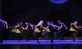 鲜绿色海岛庆祝---爱尔兰全国舞蹈踢踏舞 库存图片