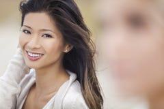 海滩的中国亚裔妇女女孩 免版税库存照片