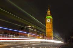 光在威斯敏斯特桥梁和大本钟落后在后边,伦敦 免版税库存图片