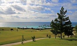 横跨一个热带高尔夫球场的看法 免版税库存图片