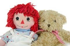有玩具熊的老布洋娃娃 免版税图库摄影