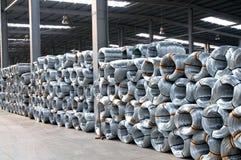 被镀锌的钢绳卷在工厂 库存图片