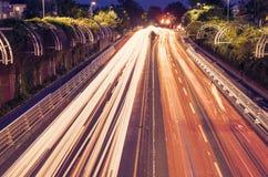 红绿灯足迹在绿色市区 免版税图库摄影