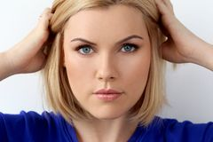 有蓝眼睛的可爱的妇女 免版税库存照片