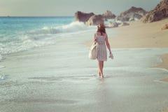 走在海滩的妇女 免版税库存照片
