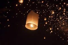 Плавая азиатские фонарики в Чиангмае Таиланде Стоковые Фотографии RF