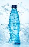 瓶水飞溅 图库摄影