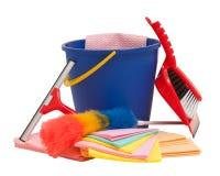 有橡皮刮板、桶、刷子和铁锹的大扫除设备 免版税库存图片