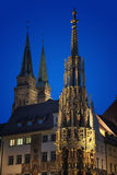 美丽的喷泉在晚上 德国纽伦堡 库存图片
