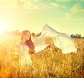 享受自然的秀丽女孩 免版税库存图片