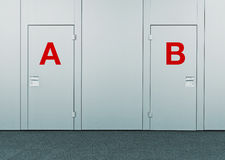 Κλειστές πόρτες με τα σημάδια Α και Β Στοκ Εικόνες