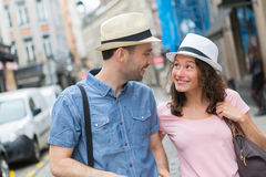 在假日期间,年轻夫妇参观的城市 免版税库存照片