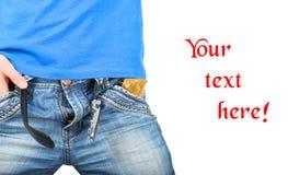 牛仔裤的人拉开拉链与在口袋的一个避孕套 库存图片