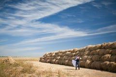 在领域的夫妇与干草 库存图片