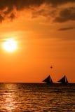 航行日落的小船 免版税库存图片