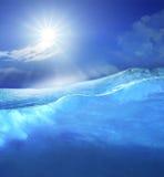 在清楚的与发光在天空上面用途的太阳的海大海下为 图库摄影