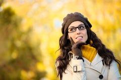 Σκεπτική γυναίκα που φορά τα γυαλιά το φθινόπωρο Στοκ φωτογραφία με δικαίωμα ελεύθερης χρήσης
