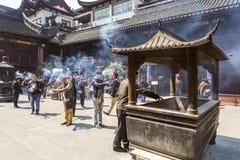 烧在上海瓷寺庙的香火 免版税库存照片