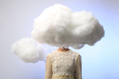 有她的头的女孩在云彩 免版税库存图片