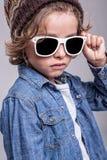 男孩佩带的白色太阳镜 库存照片