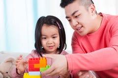 亚裔女孩和她的爸爸 免版税库存图片