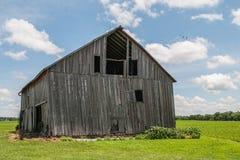 老被风化的木谷仓 免版税库存图片